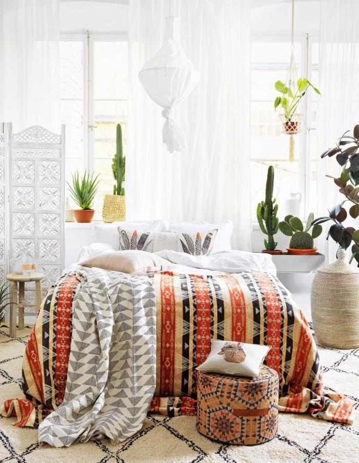 Deco chambre moderne, deco petite chambre adulte, adorable idee design intérieur moderne, chambre à coucher bohème chic, plantes vertes, tapis géométrique