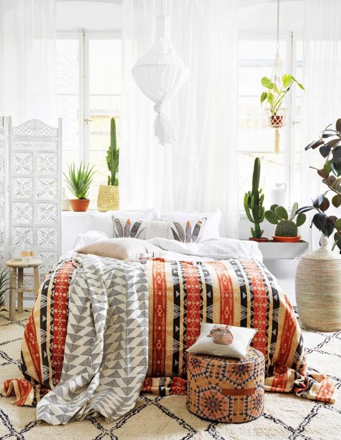 exemple de design intérieur moderne avec décoration chic et boheme, linge de lit aux couleurs marron et orange à motifs géométriques