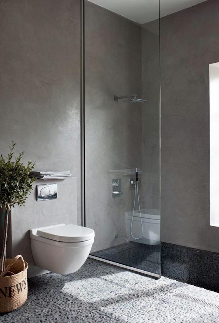 rénovation murs en beton ciré douche italienne sol en galets et wc suspendu