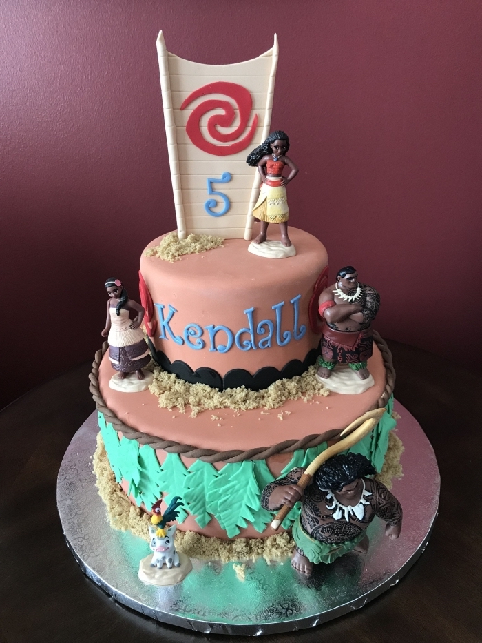 idée gateau vaiana fait maison avec fondant à design sable coloré avec colorant alimentaire et figurines des personnages Disney