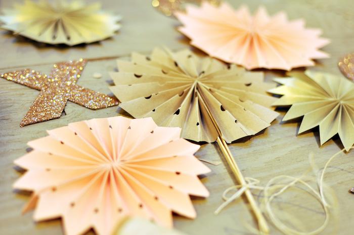 eventail decoratif pliage origami en papier perforé et baguettes en guise de manche, activité manuelle adulte