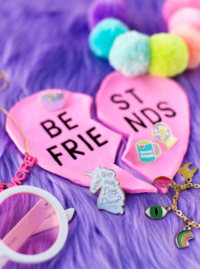 porte bijoux, assiette meilleure amie en pate fimo en forme de coeur rose avec des lettres noires collées, anniversaire soeur ou meilleure amie, cadeau original