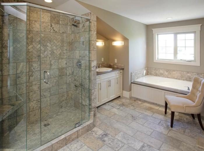 verriere salle de bain, porte verriere, verriere douche, carrelage beige et noir, fauteuil en velours couleur crème, meuble de rangement blanc en style vintage