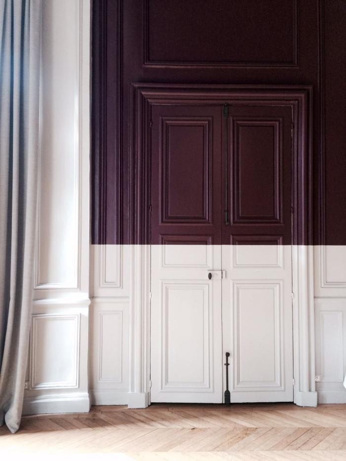 une porte ancienne à moitié peinte en blanc et lie de vin pour un élément d'inattendu dans le cadre de l'intérieur classique, idée de peinture porte bicolore pour un aspect graphique moderne