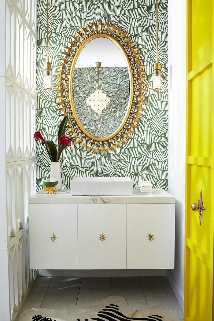 papier peint salle de bains graphique posé derrière , idée déco petite salle de bains moderne et chic