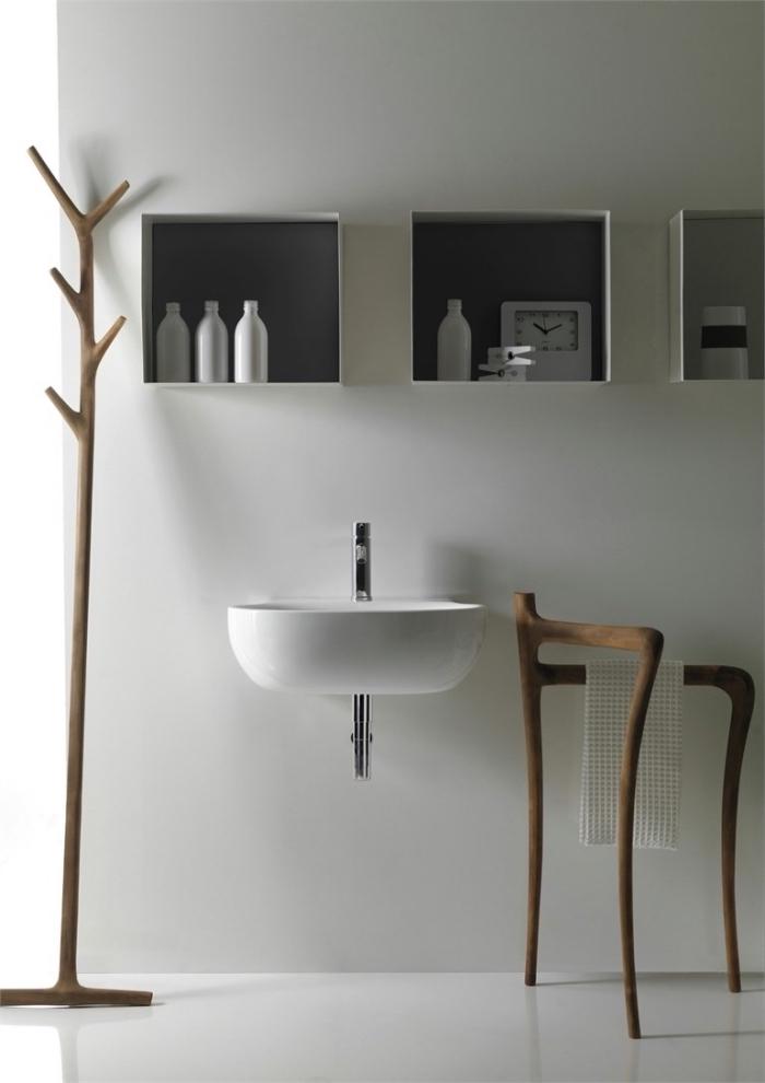 idée comment arranger ses accessoires dans une petite salle de bain avec niches, modèle de porte-serviette en bois