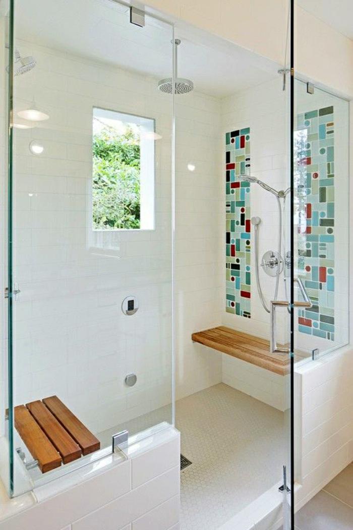 verriere salle de bain, separation verriere, verriere douche, mosaique en vert et rouge sur le carrelage mural blanc, deux bancs en bois l'un en face de l'autre dans la zone de la douche