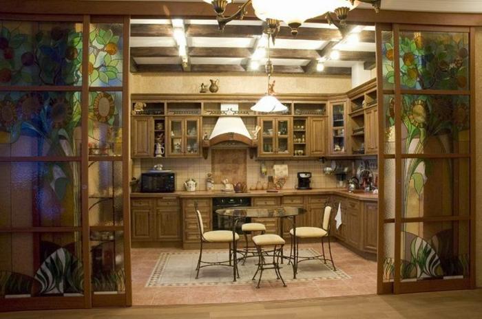 verriere interieure coulissante au verre à vitraux, équipement de cuisine classique, poutres apparentes