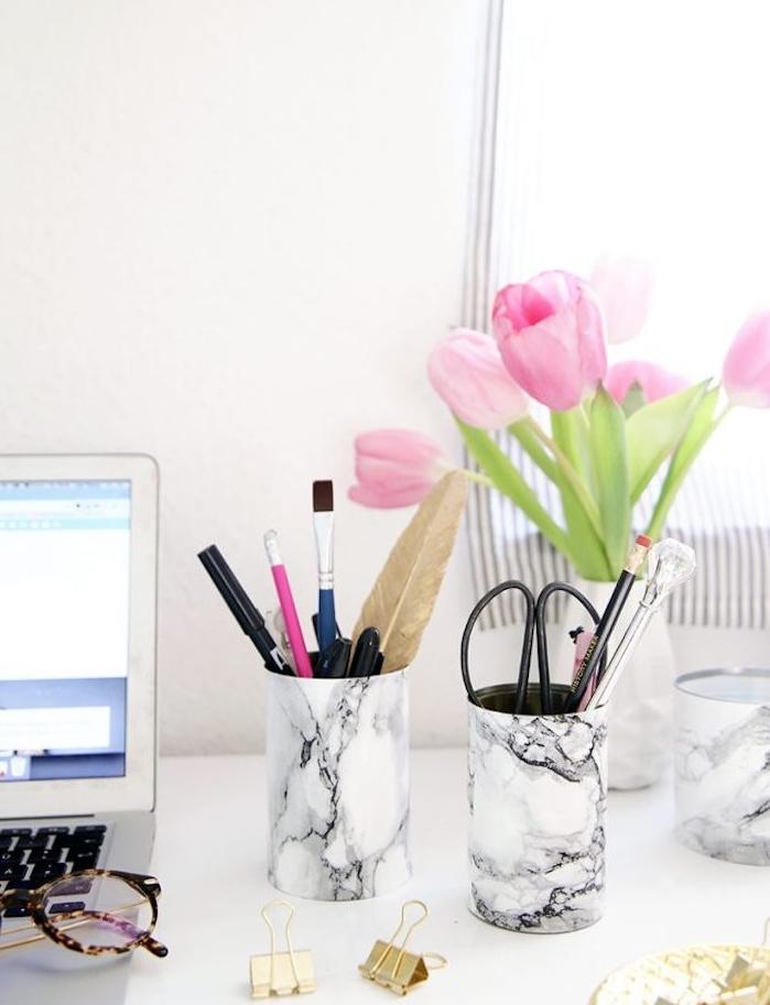 pot à crayon décoré de papier motif marbre noir et blanc pour ranger des fournitures de bureau, cadeau meilleure amie diy