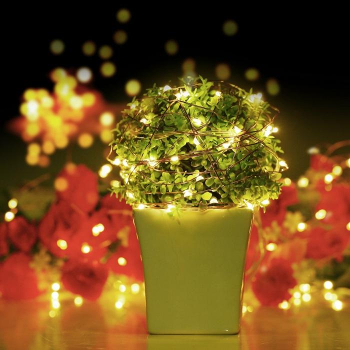 pot en céramique verte avec plante verte en boule, guirlande lumineuse pour chambre, décoration pour meuble de chevet, décoration de Noel