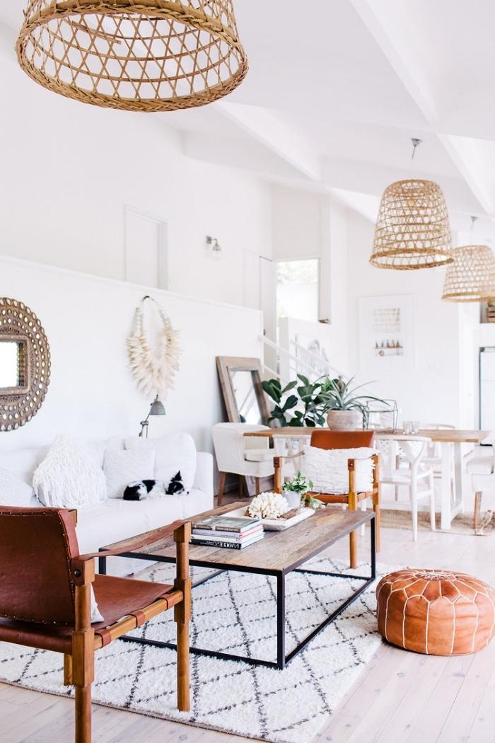 deco boheme chic avec objets berbères dans un salon blanc, modèle de table basse en bois brut et fer sur tapis blanc et noir