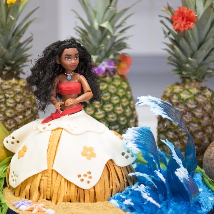 modèle de gateau vaiana à design 3D avec déco robe de vaiana en fondant et corps vaiana poupée, déco d'anniversaire Disney pour fille