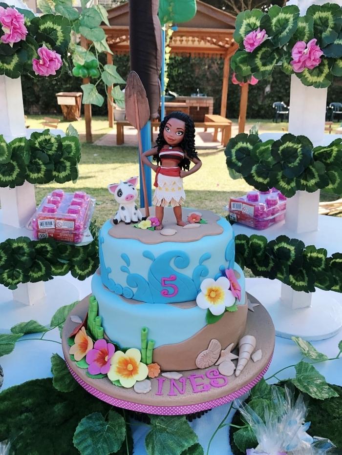 modèle de gateau vaiana pour anniversaire enfant sur le thème Disney, idée comment décorer un gâteau avec figurines Vaiana