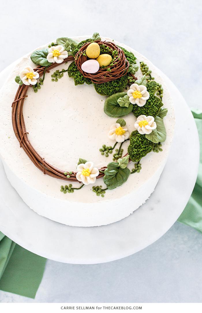 gateau femme enceinte fête prénatale, gateau baby shower fleurie, gâteau bébé nest avec oeufs