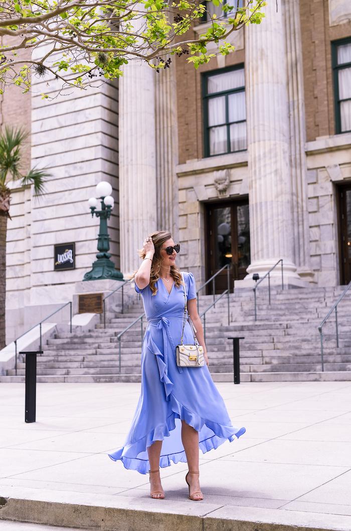 Moderne robe invité mariage champetre chic femme bien habillée style 2018 tendance bleu claire robe wrap