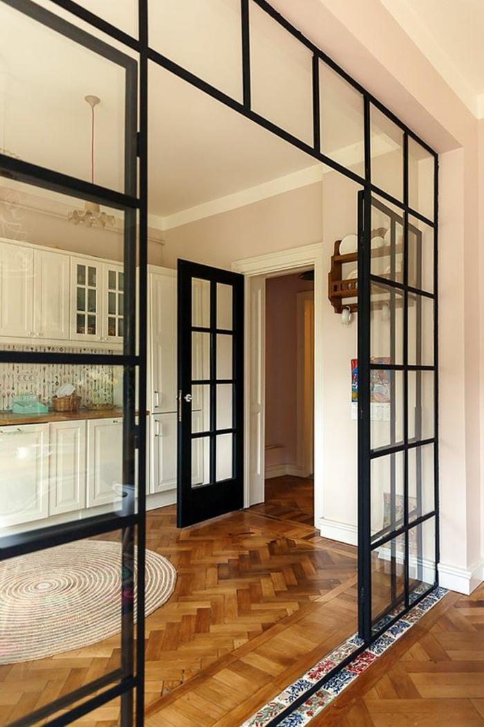 cuisine contemporaine design blanc, crédence mosaique, parquet chevron, petit tapis blanc