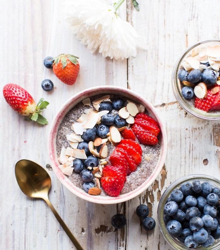 pudding chia, lait de coco, amandes, fraises, myrtilles, sirop d'érable, idée de recette hyperprotéiné