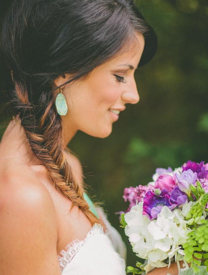 tresse épi de blé sur le coté, idée de coiffure de mariage pour une femme aux cheveux dégradé