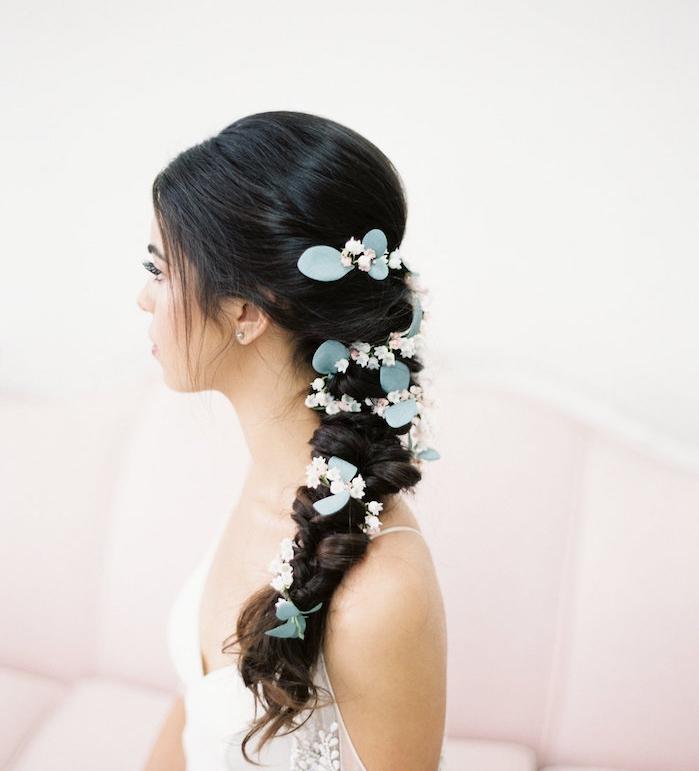 exemple de coiffure de mariée tresse latérale accessoirisé de petites fleurs artificielles blanches et rose