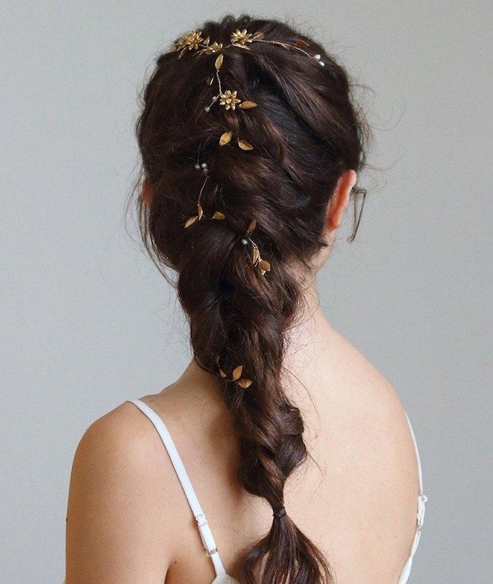 coiffure tresse africaine pour mariée avec accessoire petits bijoux fleurs dorées, cheveux chatain foncé