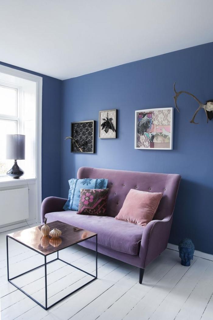 quelle couleur mur salon pour agrandir un espace, petit salon de style bohème scandinave avec un mur d'accent en bleu sublimé par un canapé mauve