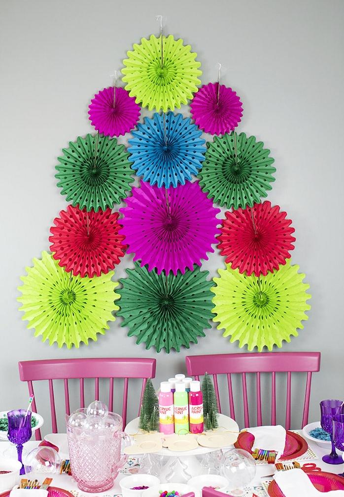 decoration murale anniversaire avec activités de bricolage, mur décoré d éventails colorés sur fond gris et table avec matériaux et outils de bricolage