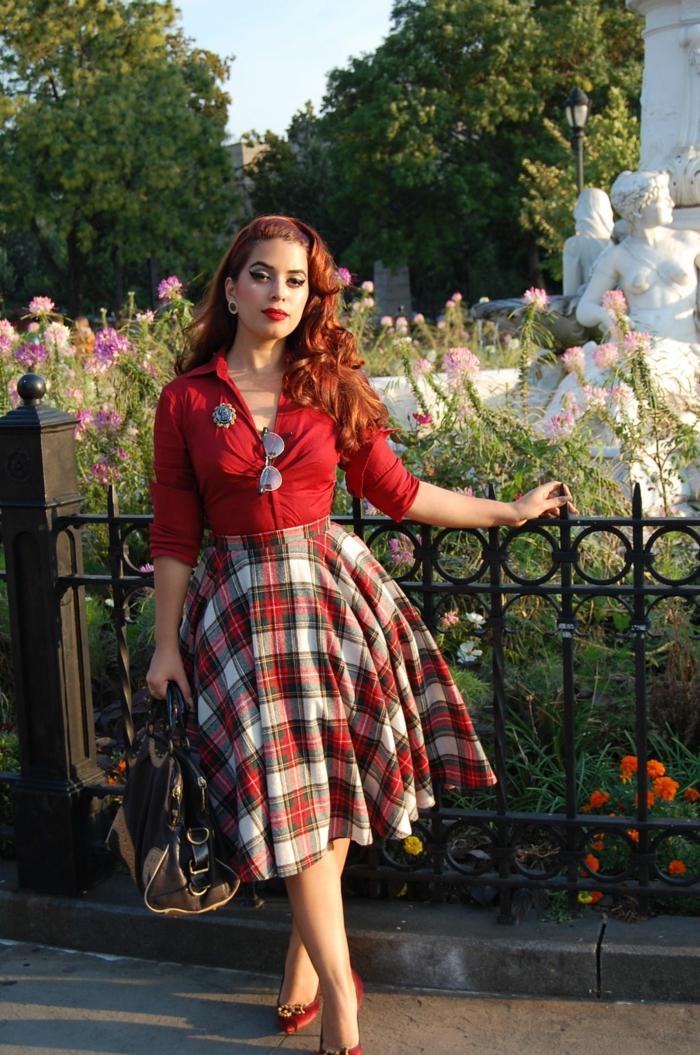 tenue de soirée guinguette, jupe midi à carreaux, chemise rouge, cheveux rouges