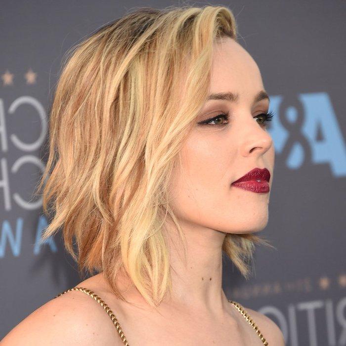 idée de coupe carré mi long avec des ondulations romantiques, cheveux coloration blond foncé et maquillage glamour