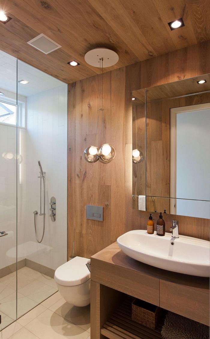 idée déco salle de bain 6m2 avec cabine de douche blanche et revêtement partiel plafond et pan de mur en bois