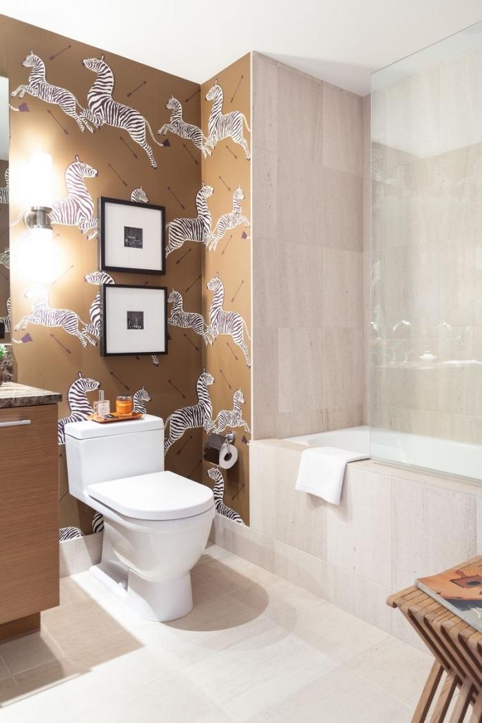 idée comment aménager une salle de bain à espace limité en couleurs neutres avec baignoire et cuvette en blanc