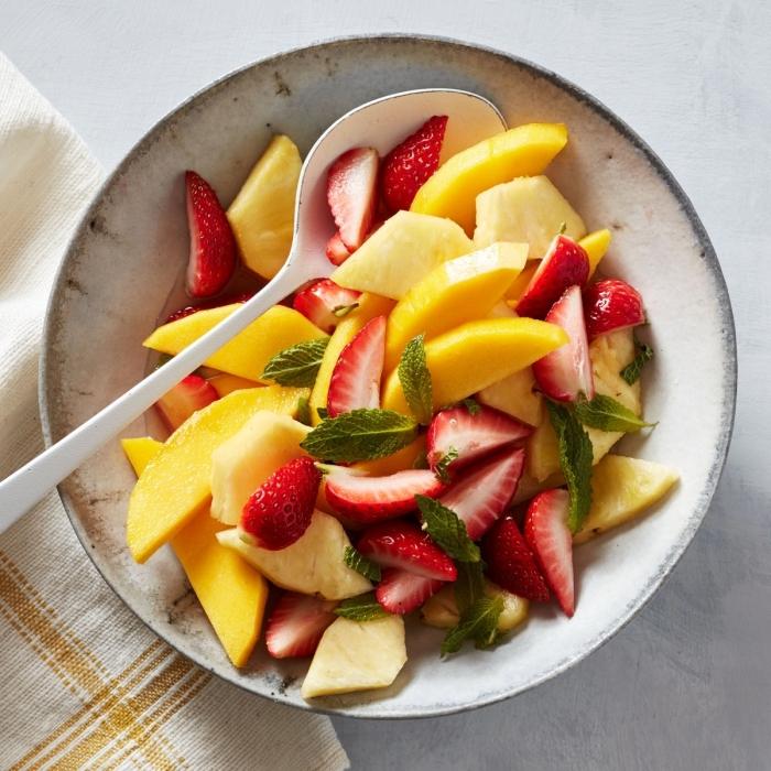 recette salade de fruits légère et rafraîchissante, de fraises, d'ananas et de mangue, avec un dressing de jus de goyave et gingembre