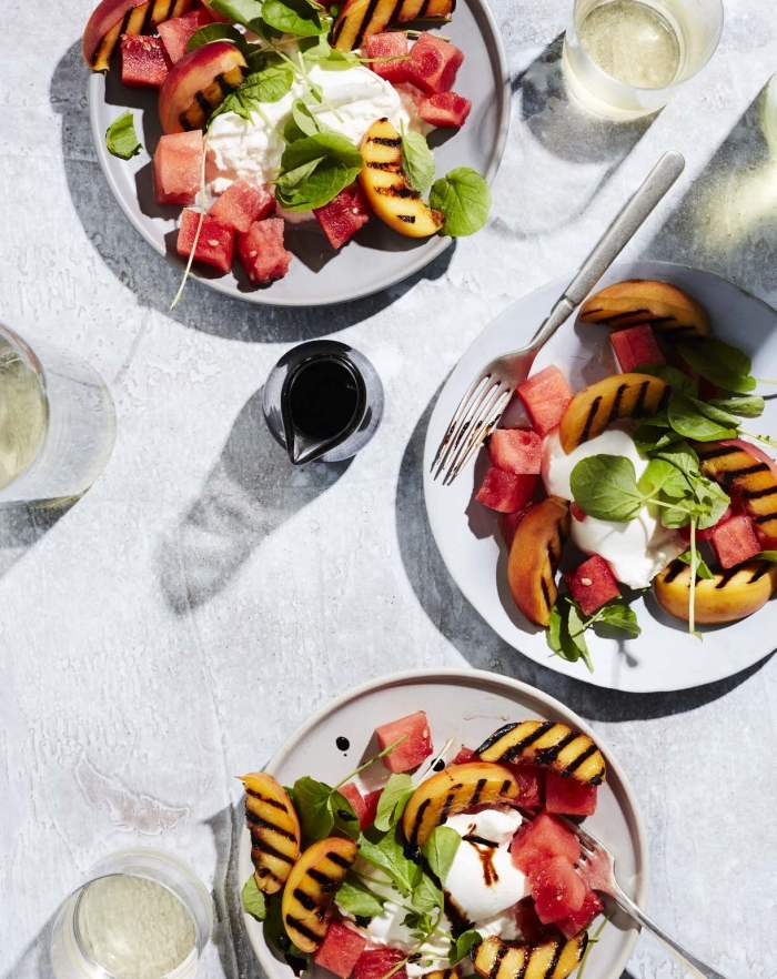 recette fraîcheur pour une salade été originale aux pêches rôties, à la pastèque et à la burrata