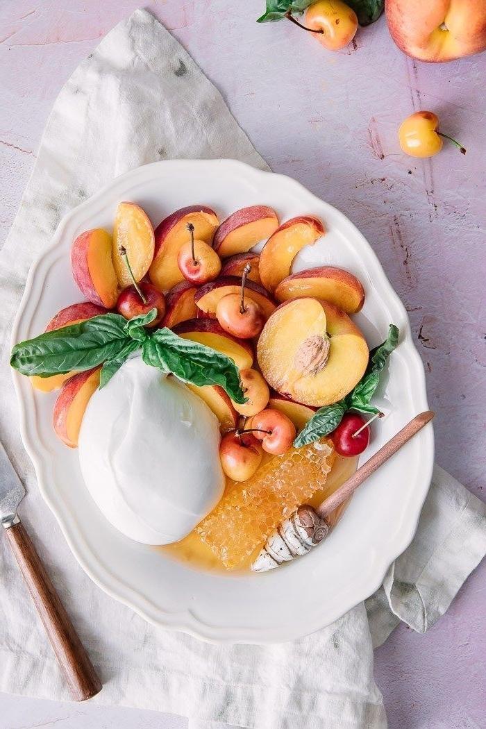 idée pour une salade ete originale de pêches, miel et burrata qui fait saliver les invités