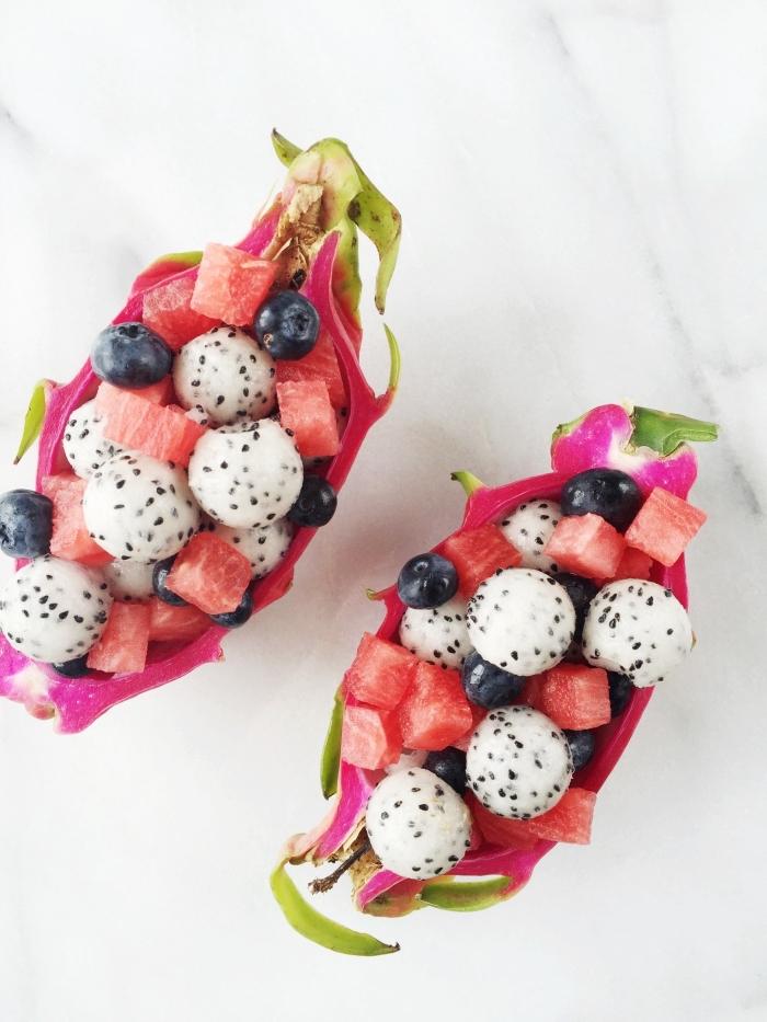 apportez une saveur exotique à votre table avec une salade de fruits originale de fruit du dragon, pastèque et myrtilles