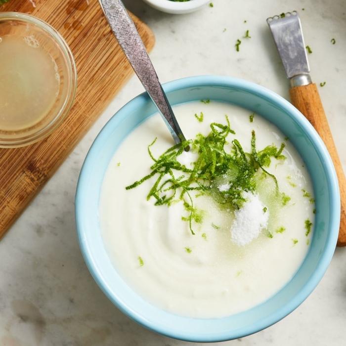 recette de sauce salade de fruits maison au yaourt, citron vert et sucre, pour balancer le goût sucré des fruits