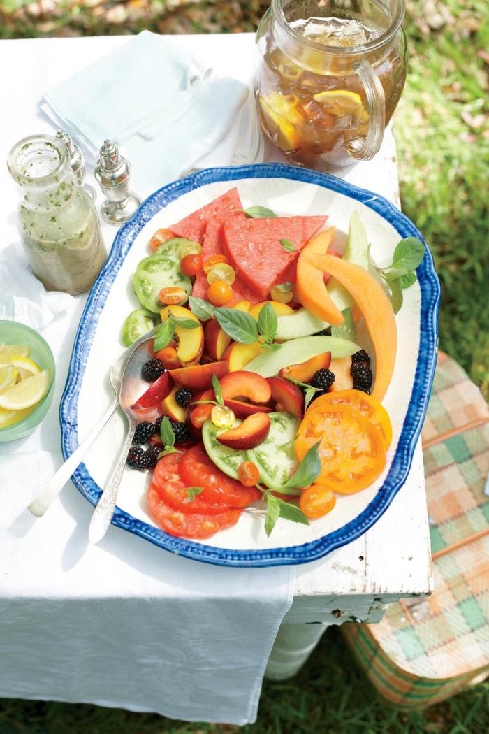 salade ete fraîcheur de tomates, pâches, pastèque et avocat, à la vinaigrette maison au basilic