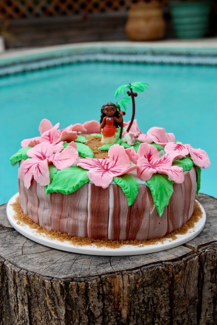 idée pour la decoration gateau vaiana fait maison à la crème au chocolat avec fleurs roses et feuilles vertes en pâte sucre