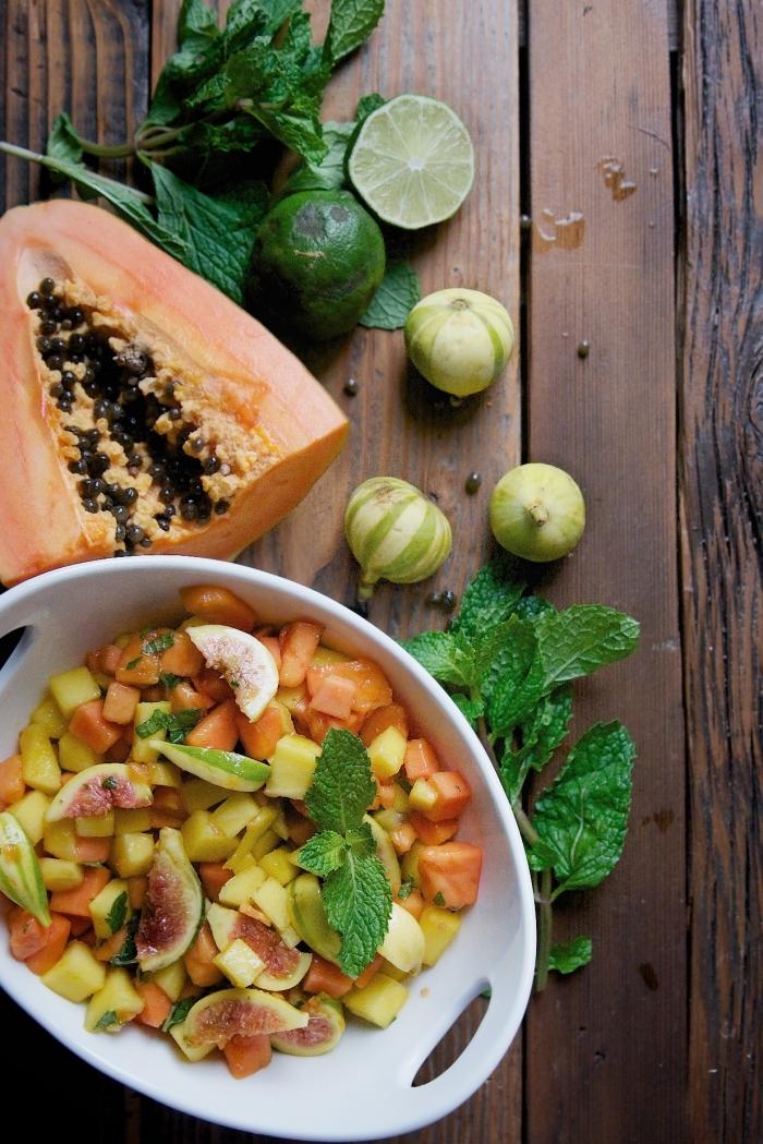 une salade exotique de mangue, papaye, figues et menthe, sirop salade de noix de coco et jus de citron vert