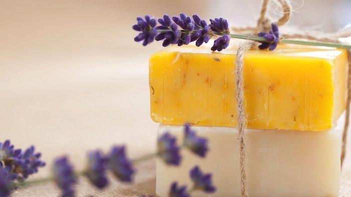 idées comment fabriquer son savon melt and pour avec base de savon, ingrédients naturels et huiles essentielles