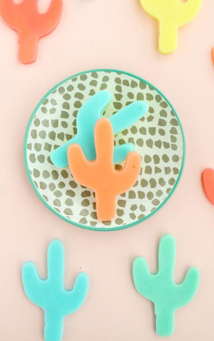 idée de petit savon diy en forme de cactus coloré, motif été populaire, activité manuelle été adulte, ado, enfant