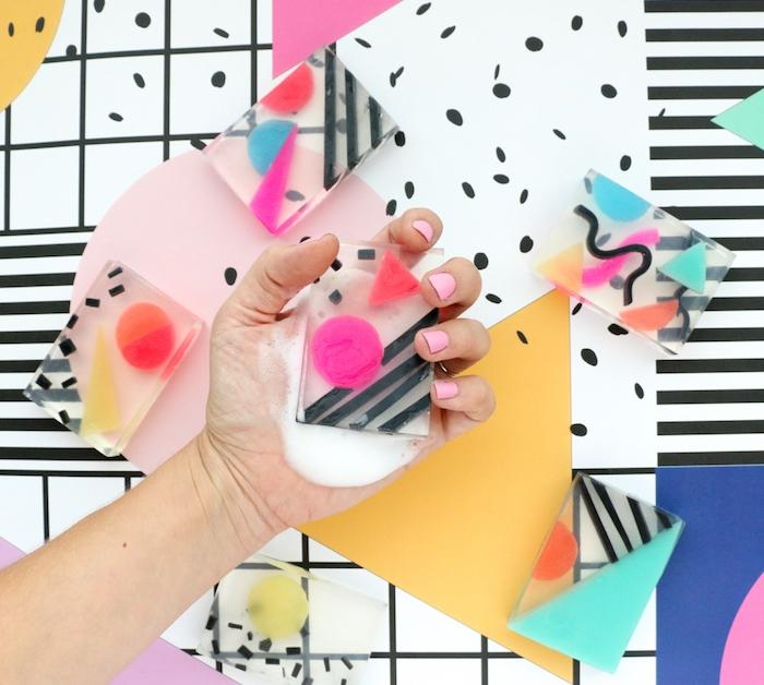 fabriquer du savon en glycérine transparent avec des morceaux de savon en forme geometriques colorées