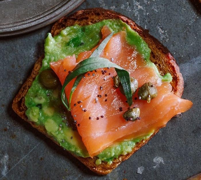 toadt tartiné d avocat avec du saumon fumé en dessus, petit dejeuner ideal pour faire le plein d énergie
