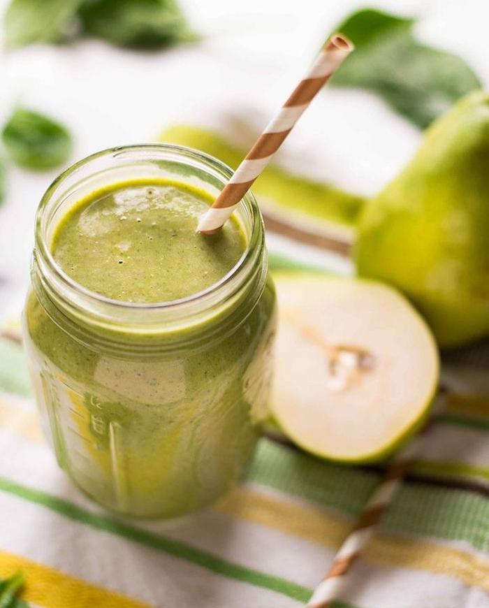 petit dejeuner musculation, comment faire un smoothie vert, petit déjeuner équilibré simple, poires, épinards et lait d amande