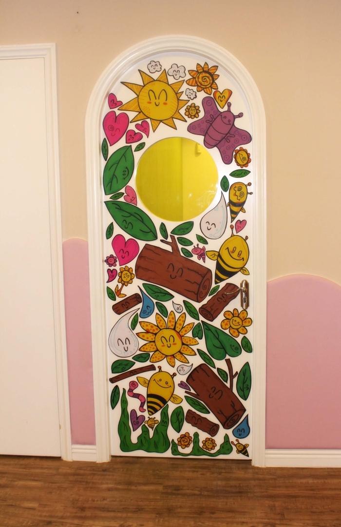 des stickers pour porte et placard à motifs enfantins joyeux pour égayer l'ambiance l'intérieur en tons de l'ocre