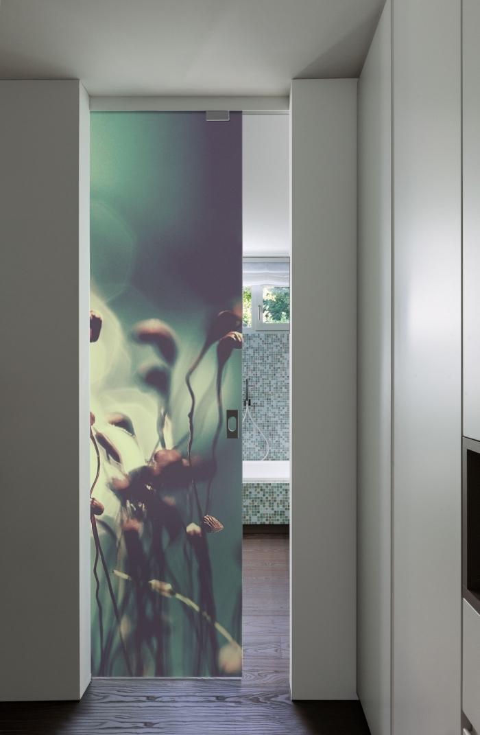 un habillage de porte intérieure originale avec du papier peint effet 3d pour une salle de bain nature et zen