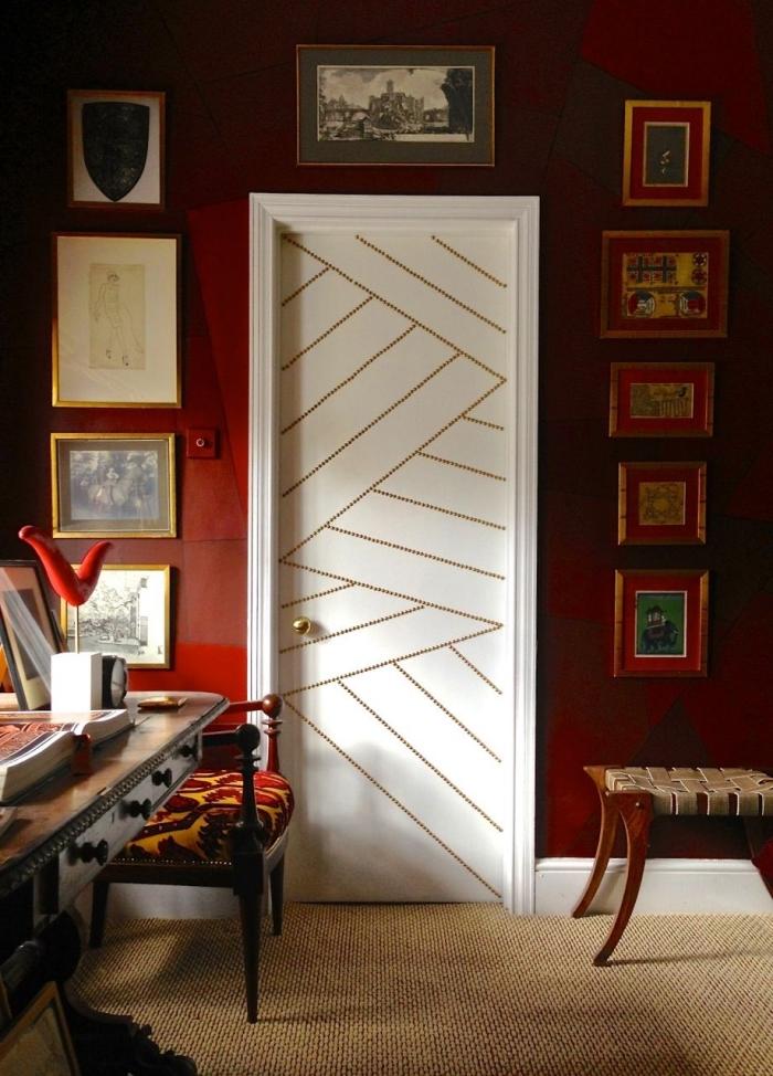 une porte blanche décorée de clous tapissier, recouvrir porte interieure de clous tapissier