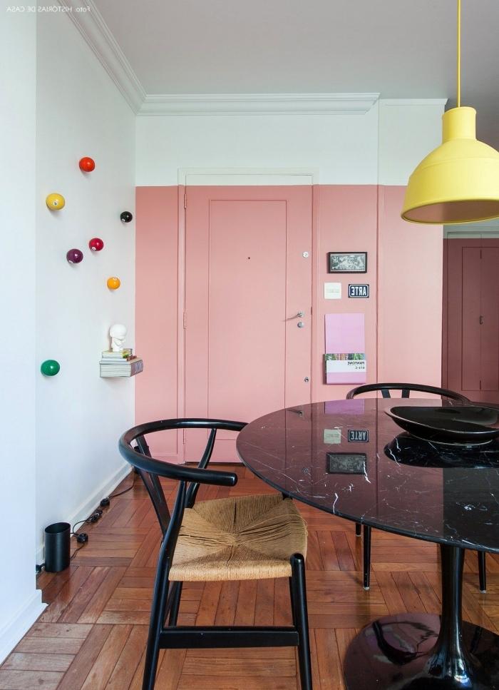 la peinture rose blush du mur se prolonge sur la porte d'entrée pour un effet de continuité original, decoration de porte avec de la peinure