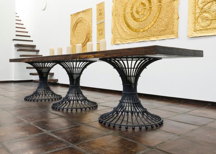 meuble relooké, table longue rectangulaire avec trois pieds massifs en métal noir en forme cylindrique, customiser un meuble, entrée spacieuse, panneaux en couleur dorée