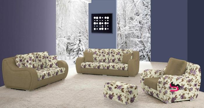 customiser un meuble, relooking meuble avant après, trois canapés en couleur beige et vert olive, murs en bleu indigo, panneau décoratif en noir et blanc