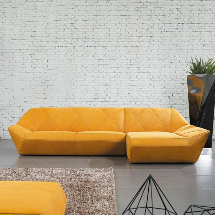 moderniser meuble ancien, canapé d'angle en jaune, fauteuil jaune, mur en briques blanches, tapis en marron et blanc, renover meuble bois